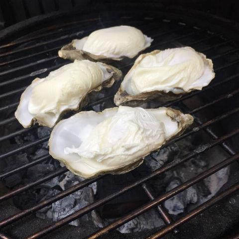 Gepocheerde eieren van de BBQ