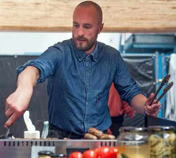 BBQ-chef Joeri met grilltang