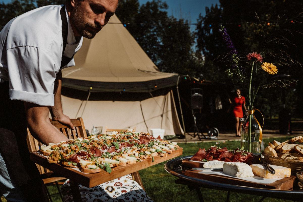 BBQ-chef Joeri met happenplanken
