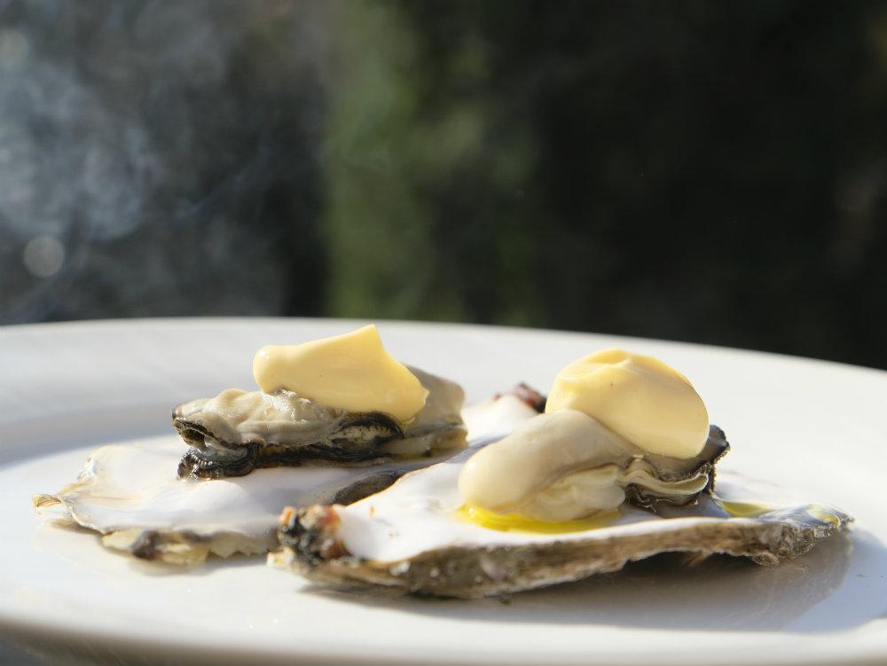 Op de BBQ gegaarde oesters met citroenmayonaise