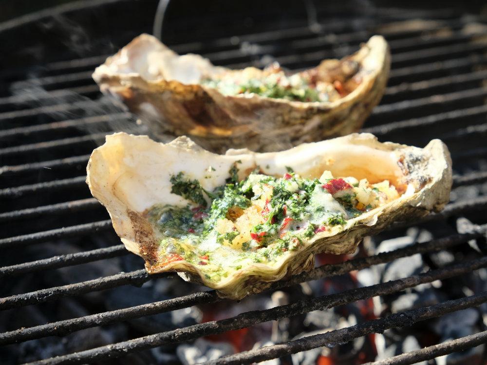 Gegratineerde oesters van de BBQ