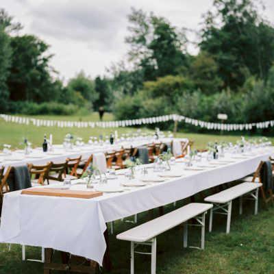BBQ-catering op een buiten bruiloft: aangeklede tafels