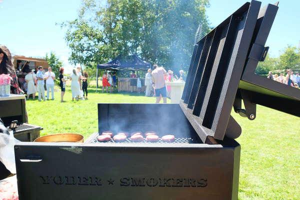 Burgers op de barbecue bij het bedrijfsfeest