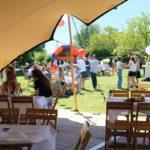 Bedrijfsfeest in de tuin gezien vanuit de stretchtent